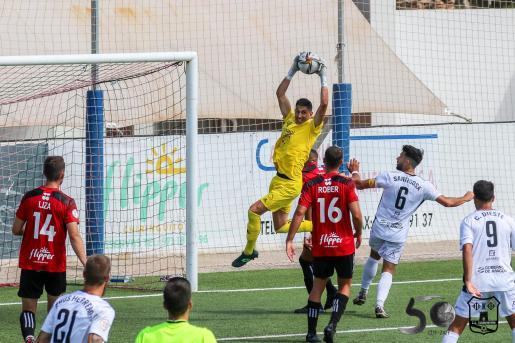 El portero Óscar, del Formentera, atrapa el balón en un lance del partido de la jornada anterior.