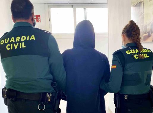 El detenido es escoltado por dos agentes de la Guardia Civil.