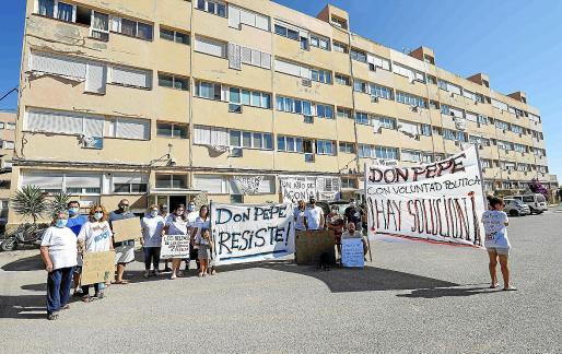 Vecinos de los Don Pepe manifestándose frente a sus viviendas.
