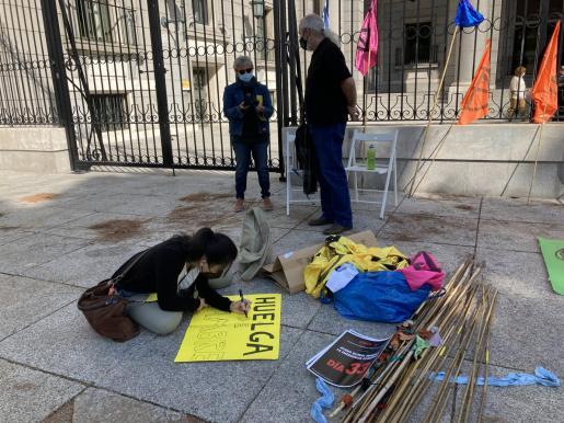 Karen Killeen y Grian A. Cutanda ayer frente al Ministerio.