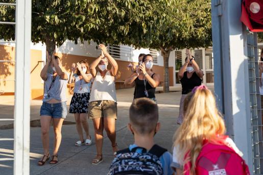 Docentes de Ibiza recibiendo a los niños en la 'Vuelta al Cole'.