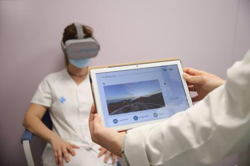 Archivo - Una profesional sanitaria se somete al procedimiento de relajación con realidad virtual Ocean's Breeze - HOSPITAL GERMANS TRIAS I PUJOL - Archivo