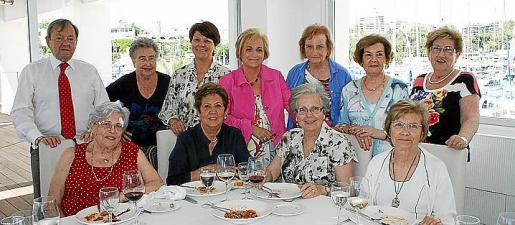 Tomás Salom, María Antónia de Angelis, Antonia Isern, Joana Sastre, Joana Clar, María Castell y Anita Janer. Sentadas: Magdalena Cerdá, Luisa Infiesta, Marilén Rotger y Margarita Font.