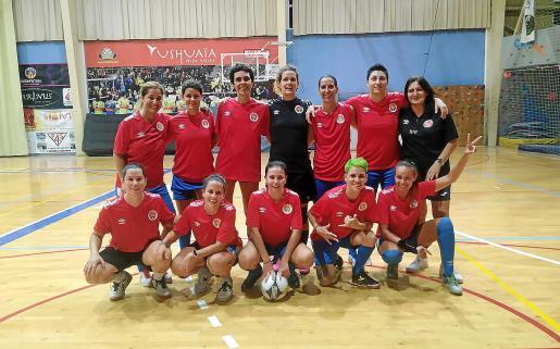 El equipo femenino de fútbol sala del CD Ibiza, durante su primer partido amistoso.