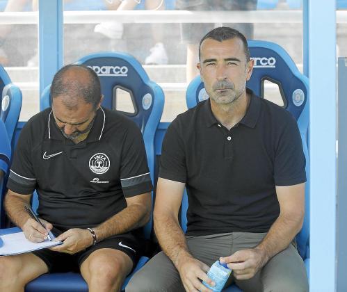 Carcedo, a la derecha, en el banquillo de Can Misses el día del partido contra el Burgos.