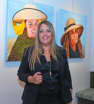 Teresa Bonet, frente a parte de sus creaciones.