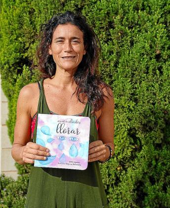 Adela García posa con su libro infantil.