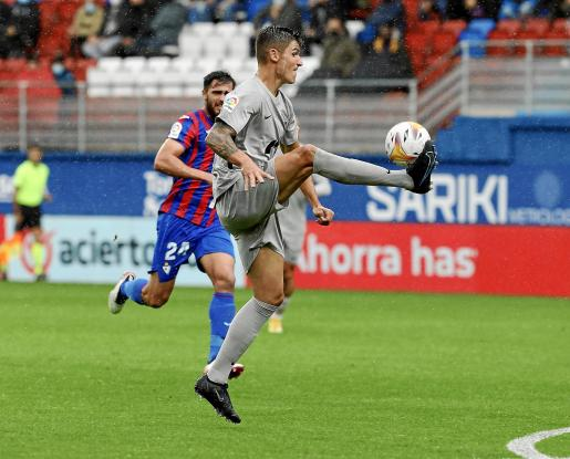 Sergio Castel controla un balón en el partido contra el Eibar.