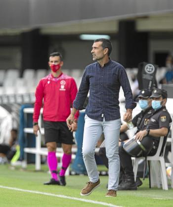 Juan Carlos Carcedo sigue el partido en la banda de Cartagonova.