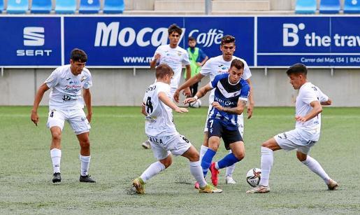 Los jugadores de la Peña presionan a un atacante del Badalona.