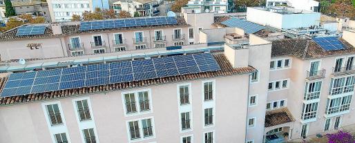 El objetivo del Govern es aprovechar las cubiertas de grandes edificios y aparcamientos para instalar placas fotovoltaicas.