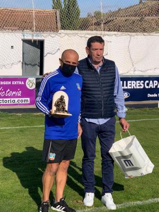 Obsequio. El Formentera recibió un obsequio por parte del CD Brea con motivo de su primera visita al Estadio Municipal de Piedrabuena. El club rojinegro recibió una pequeña estatua del Maestro Zapatero.