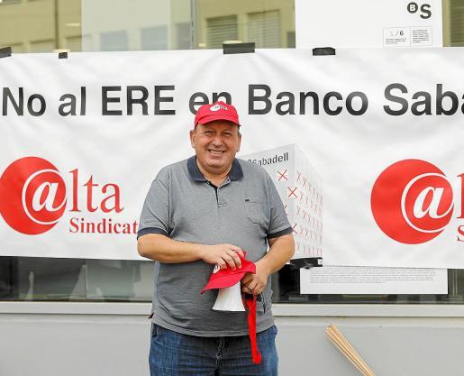 Juan José de la Torre posa delante de una pancarta que dice 'No al ERE en Banco Sabadell'.