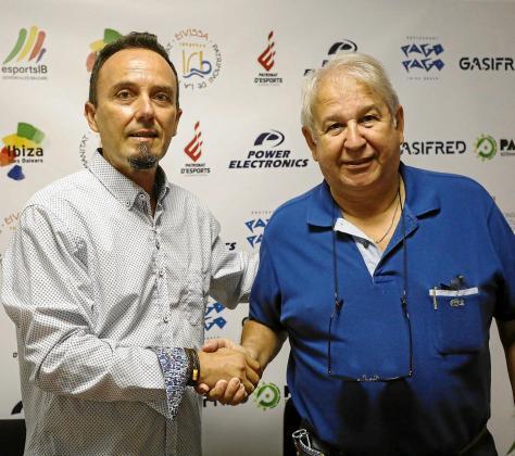 Nacho Garrido y Juan Ruiz se dan la mano durante el acto de presentación del nuevo técnico de la UD Ibiza Gasifred.