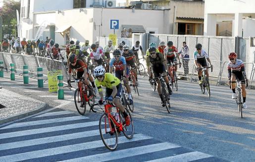 Varios ciclistas encaran una curva durante la tercera etapa, celebrada ayer en Sant Rafel.