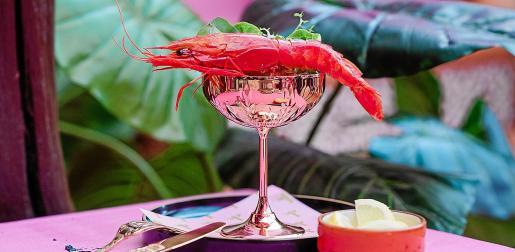 Buena música y cena especial, el jueves en pamelas, el restaurante de Pikes Ibiza.