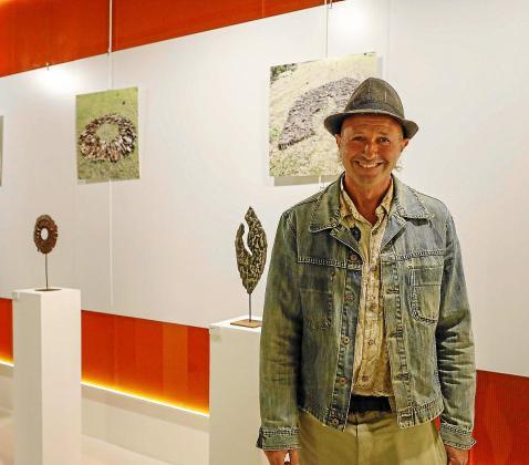 El catalán Isaac Miralta posa durante la inauguración de la exposición.