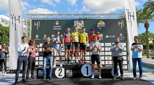 En el podio, con maillot de ciclista, Marc Dols, Nuria Tauler, Marc Torres y Efrén Fernández, los tres primeros clasificados en categoría masculina y la mejor fémina.