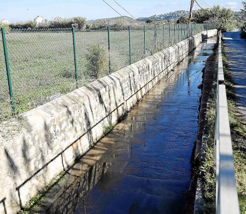 Imágenes del torrente de sa Llavanera ayer por la mañana.