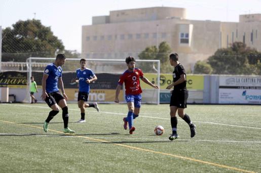 Ortiz conduce la pelota ante la presión de Rosa.