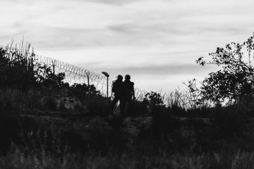 Imagen de archivo de dos agentes de policía, frente a la frontera que separa Melilla y Marruecos, a 21 de mayo de 2021, en Marruecos.