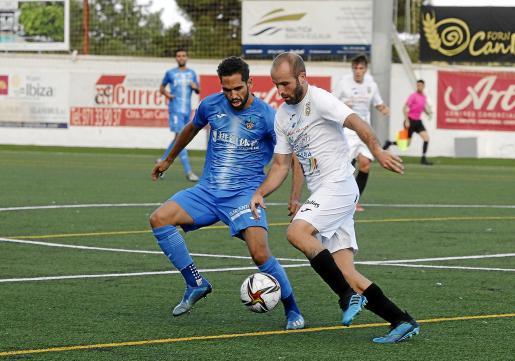 El peñista Badal intenta progresar ante la presión del jugador del Lleida Quim Araujo.
