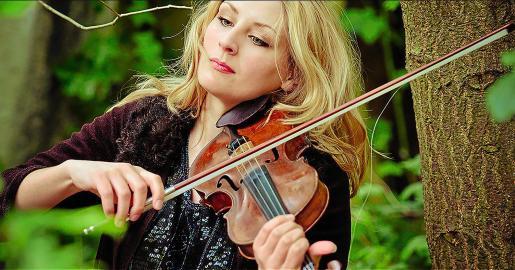 La compositora, violinista, pianista y vocalista Alice Zawadzki en una imagen promocional.
