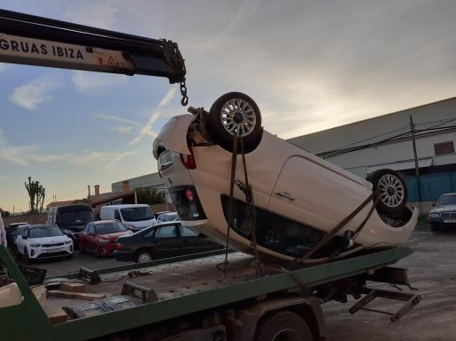 El Fiat 500 volcó y fue retirado por Grúas Ibiza.