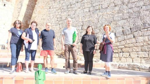 Los organizadores posan al pie de Dalt Vila con el trofeo de la prueba.