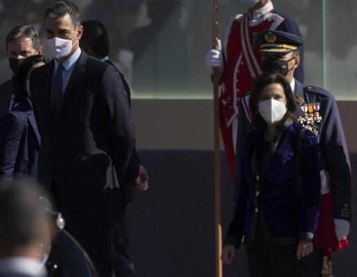 El presidente del Gobierno, Pedro Sánchez, y la ministra de Defensa, Margarita Robles,este martes en el desfile por el Día de la Fiesta Nacional.