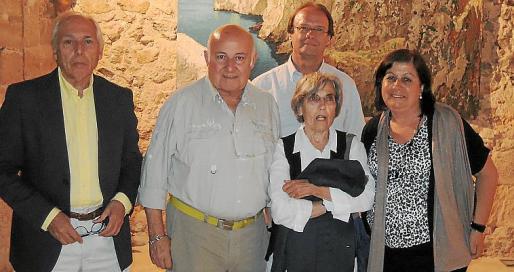 Lluís Morey, Joan Riera Ferrari, Joan Company, Maria Morey y Dolors Morey ante uno de los cuadros de grandes proporciones de la exposición.