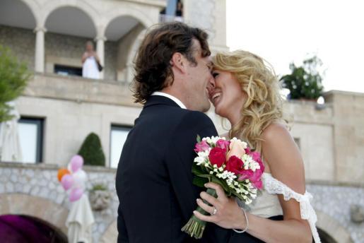 Carolina Cerezuela y Carlos Moyá, besándose el día de su boda celebrada en Mallorca, en julio de 2011.