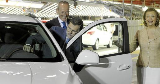 Rajoy, junto a la presidenta de Aragón, Luisa Fernanda Rudi, y el presidente de General Motors Europa, Karl-Thomas Neumann (i), se sube a un Opel Mokka.