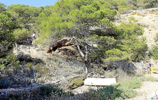 La subida de Cala Saladeta, aún sin pasarela ayer por la tarde. g Foto: NATALIA NAVARRO