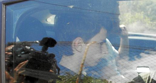 El hijo del empresario mallorquín Andreu Coll, durante su traslado detenido a la finca de Alaró, en Mallorca, ayer al mediodía. g Fotos: TERESA AYUGA