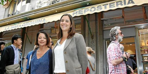 Las dos jóvenes diputadas por Balears, ante la conocida pastelería La Mallorquina, en el centro de Madrid.