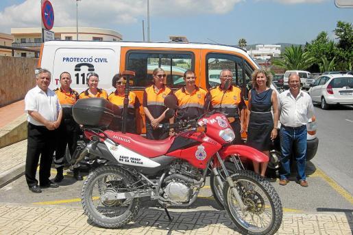 Los voluntarios de Proteccíón Civil y autoridades ayer en la inauguración de las nuevas instalaciones.