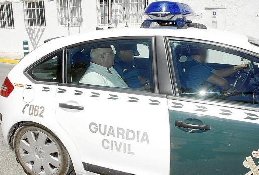 El exconseller Josep Juan Cardona en el momento de ser trasladado a la prisión de Eivissa.