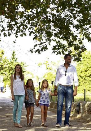 Los Príncipes de Asturias, Felipe de Borbón y Letizia Ortiz, junto a sus hijas las infantas Leonor (i) y Sofía (c) pasean hoy por la finca La Granja de Esporles en la sierra de Tramuntana.