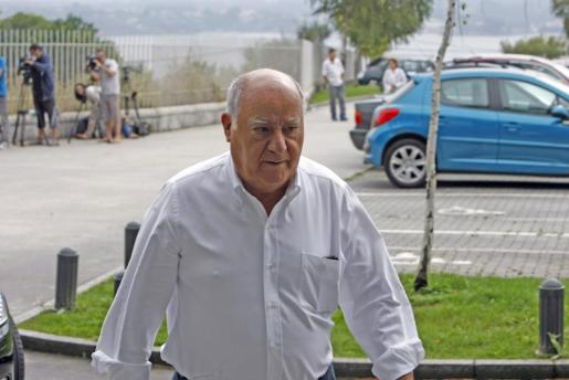 Amancio Ortega, a su llegada esta mañana al tanatorio de A Coruña.