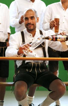 Pep Guardiola se sirve una cerveza vestido de tirolés durante una sesión de fotos en Múnich para Paulaner.