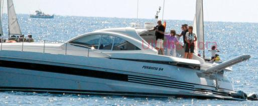 La reina doña Sofía, con camisa lila, y la infanta Elena, cámara fotográfica al cuello, apreciaron los avances de Victoria y Felipe Juan Froilán en el curso de vela que han realizado esta semana.