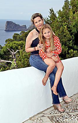 Diandra y su hija Imara posan con la bella silueta de sa Foradada al fondo.