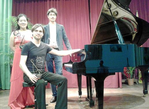 Sasha Grynyuk (sentado), ganador del concurso de piano, junto a Jackie Jaeckyung Yoo y Talgat Kurmankulov (segundo y tercer premio).