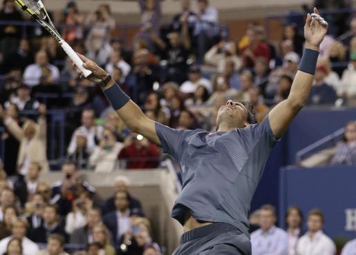 El tenista español Rafael Nadal celebra su victoria.