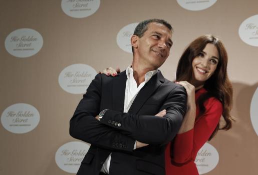 """El actor Antonio Banderas ha presentado hoy en el Instituto Cervantes """"Her Golden Secret"""", su nueva fragancia femenina, a la que presta su imagen la actriz andaluza, Paz Vega."""