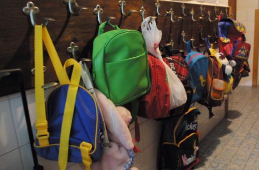 Los alumnos volerán a llevar sus mochilas al cole mañana.