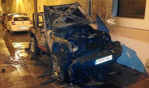 El Jeep Wrangler que ardió el lunes a partir de las 23,45 horas de la noche en la calle Pere Tur, junto a Can Botino, quedó totalmente destrozado.