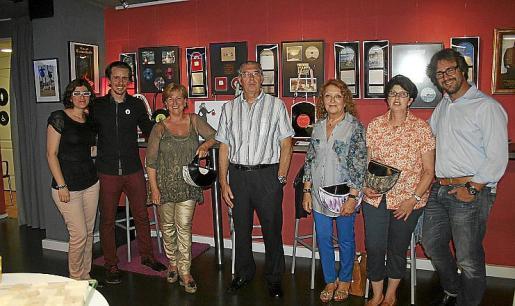 Carmen Carrió, Albert Comas, Margalida Riutort, Antonio Comas, Ana Morro, Magdalena Comas y Antonio Comas Riutort, ante una variada muestra de bolsos.
