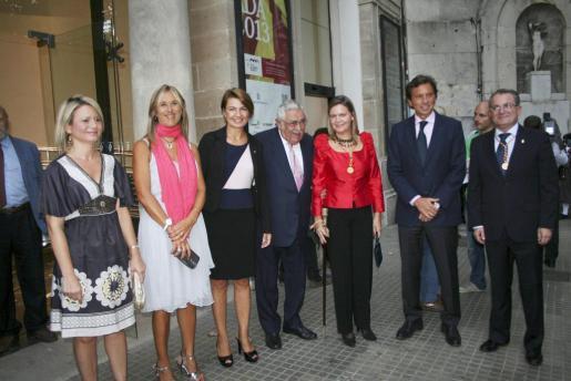 Nuria Riera, Teresa Palmer, Margalida Duran, Pere A. Serra, María Salom, Mateo Isern y Joan Rotger, a la entrada del Teatre Principal donde se celebró el acto central de la Diada de Mallorca.
